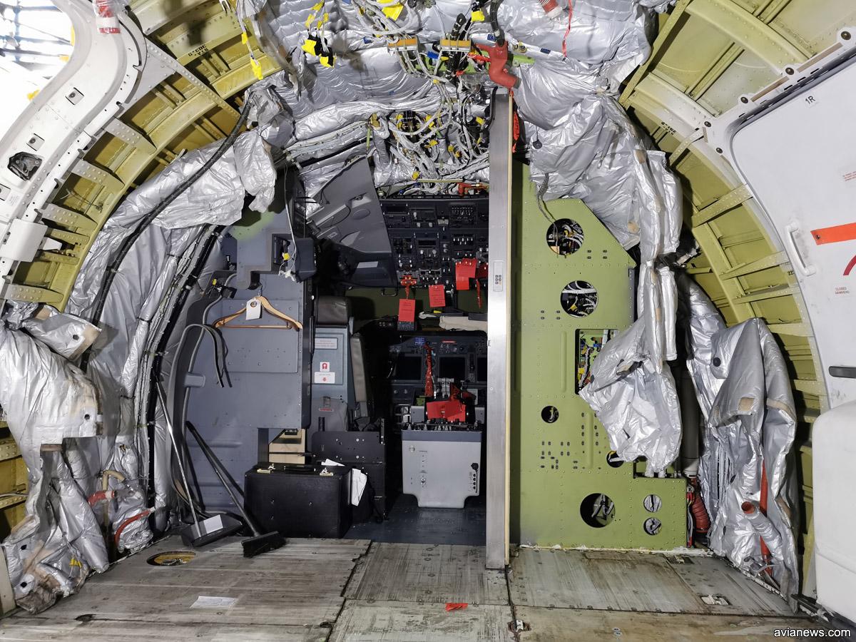 Носовая салона Boeing 737 перед кабиной пилотов. Туалет и кухня сняты