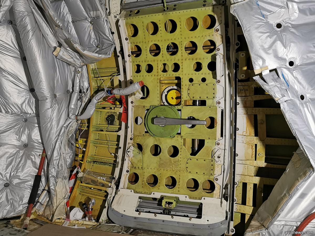 Разобранная дверь Boeing 737