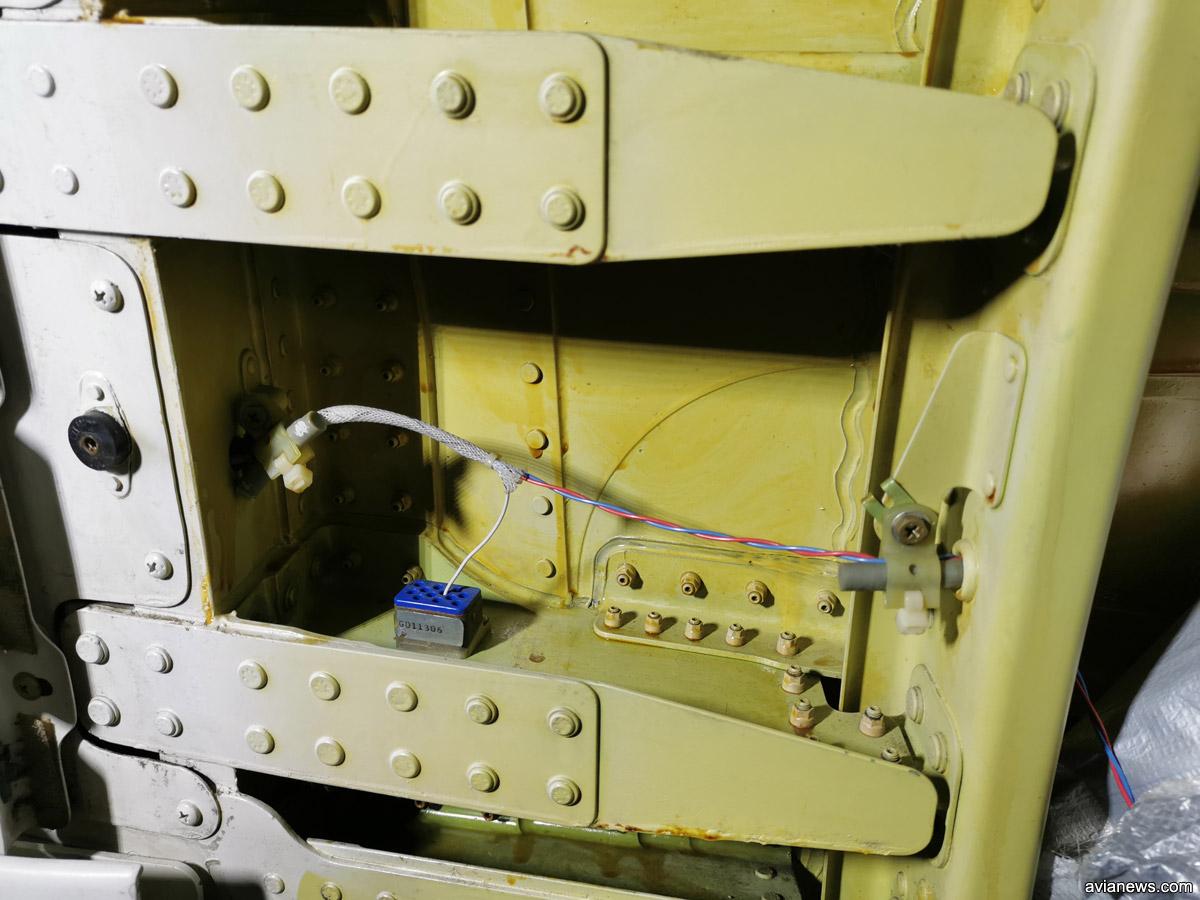 Провода проходят через весь фюзеляж Boeing 737