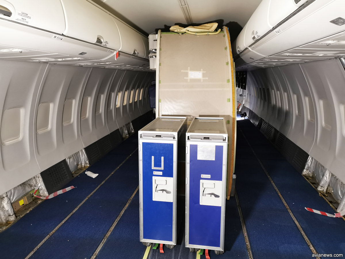 Туалетный модуль по центру салона Boeing 737