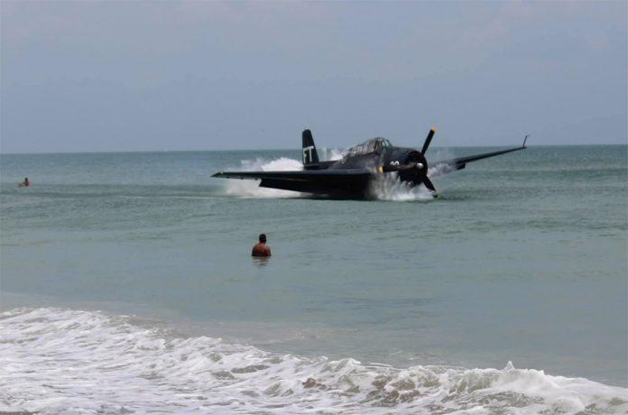 Бомбардировщик времен Второй Мировой войны Grumman TBF Avenger в момент аварийного приземления на воду во Флориде