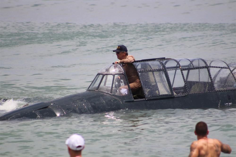Пилот выбирается из Grumman TBF Avenger после аварийной посадки на воду в Коко-Бич во Флориде