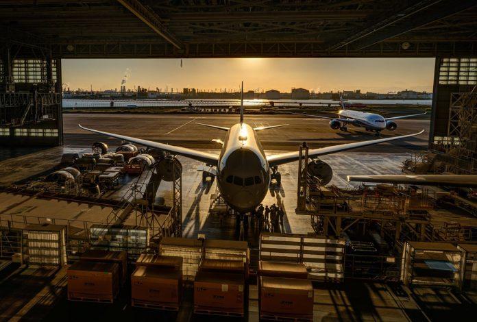 Самолет Boeing 787 на техническом обслуживании в ангаре в аэропорту Токио Ханеда