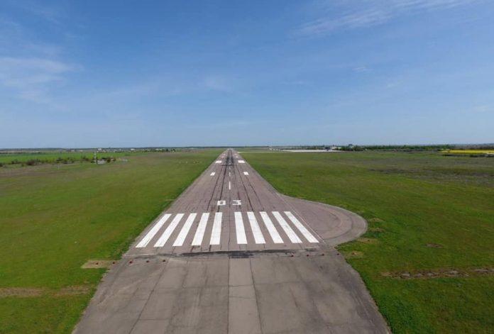 Взлетно-посадочная полоса в аэропорту Херсон