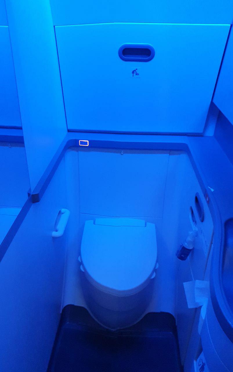 Узкий туалет в Boeing 737 MAX LOT с синей подсветкой