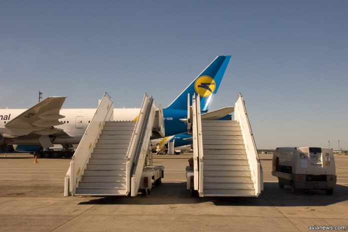 Самолетные трапы на фоне хвоста Boeing 777 МАУ