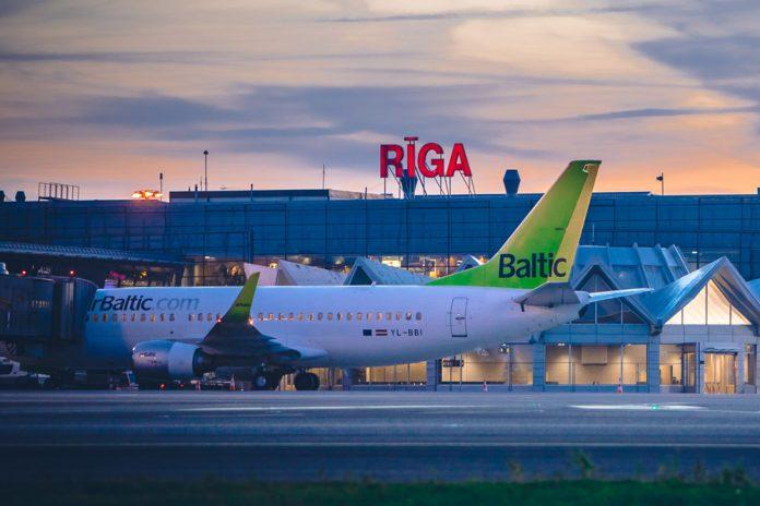 Самолет airBaltic в аэропорту Рига