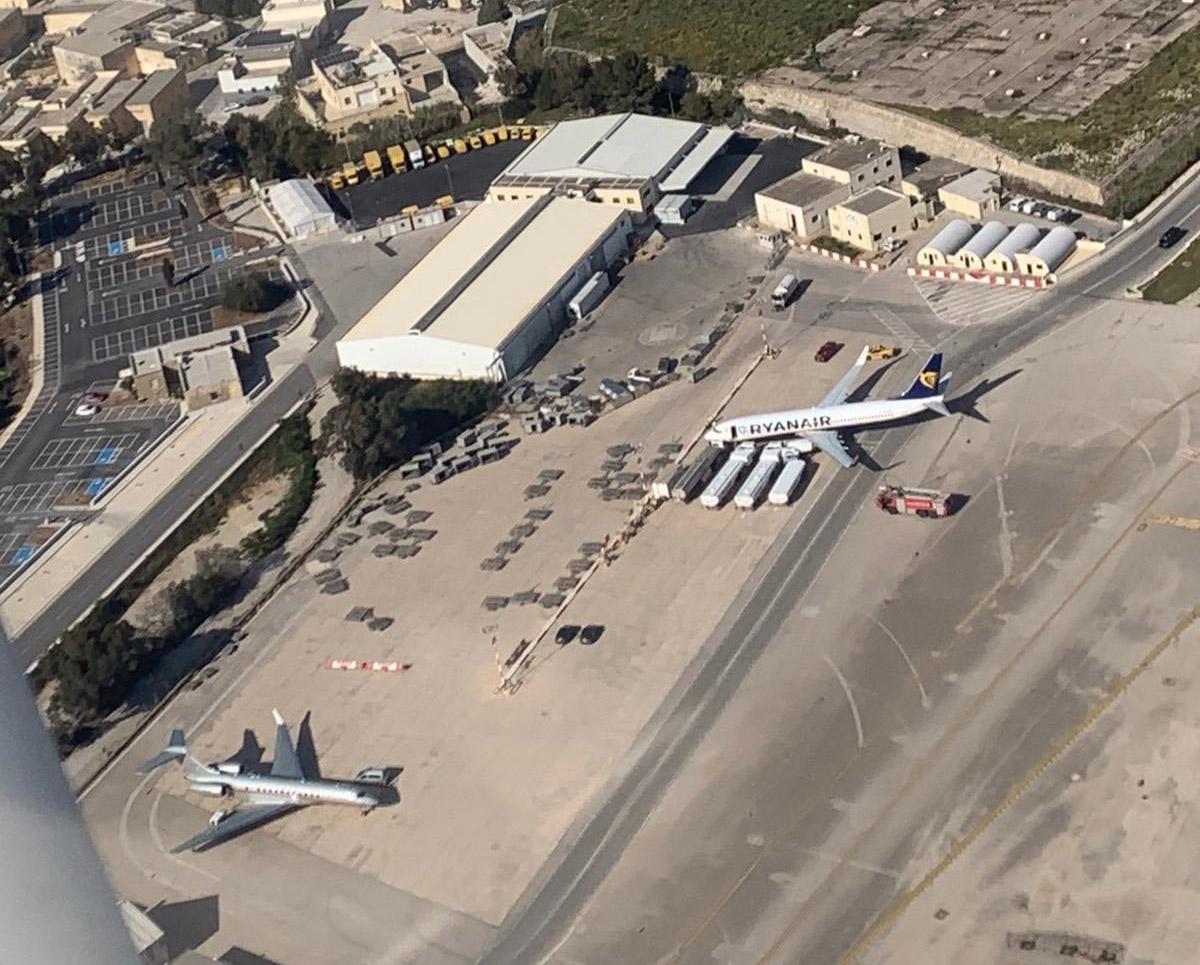 Вид с высоты на Boeing 737-800 Ryanair после столкновения с заправщиками в аэропорту Мальты