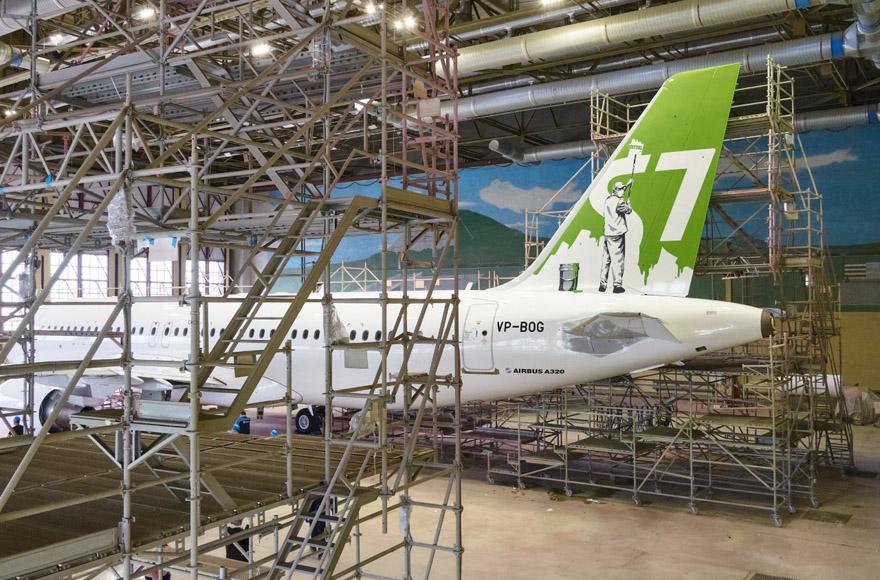 Airbus A320 S7 Airlines в белой арт-ливрее уличного художника