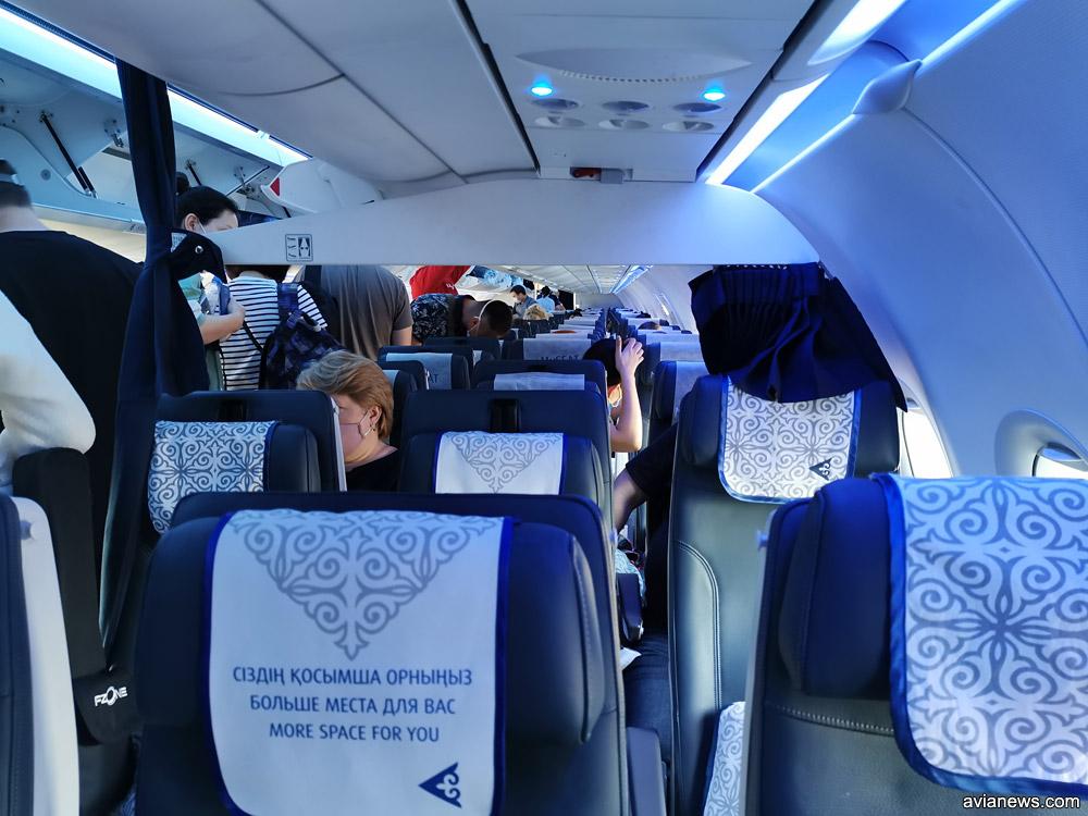 Перегородка в самолете Air Astana, которая разделяет эконом и бизнес-класс