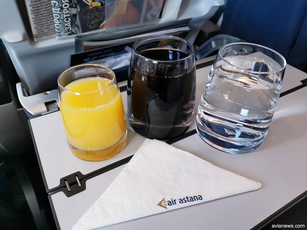 Напитки в стеклянных стаканах в бизнес-классе Air Astana