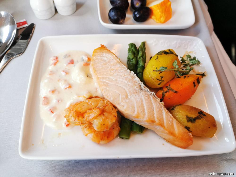 Горячее рыбное блюдо в бизнес-классе Air Astana - лосось с креветками