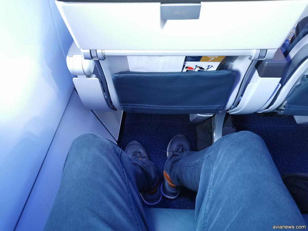Пространство для ног в носовой части Airbus A320neo, где сидят пассажиры бизнес-класса