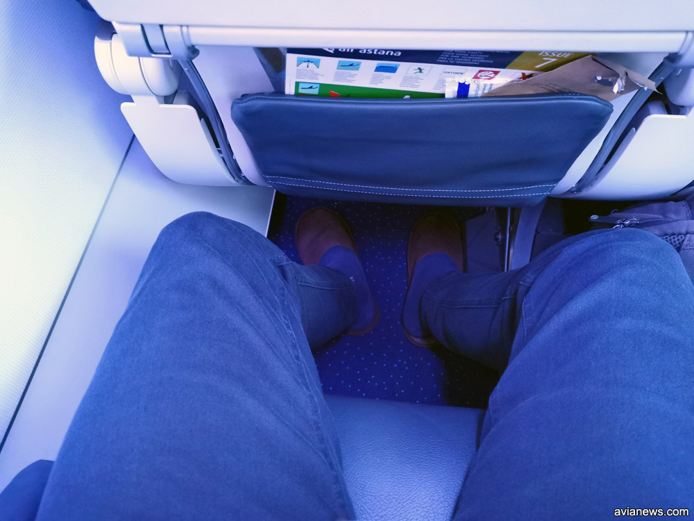 Пассажиры эконом-класса Air Astana получают одноразовые тапочки. На фото видно, сколько места для ног в эконом-классе остается для пассажира с ростом 1,76 м