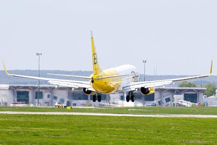 Boeing 737-800 Bees Airline в аэропорту Харьков