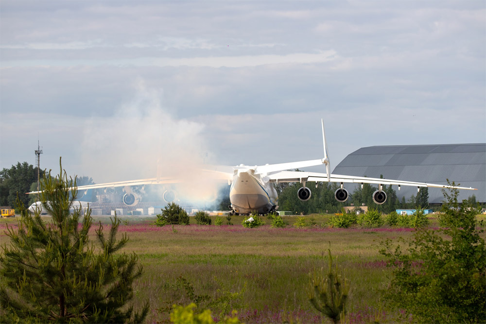 Дым из двигателя Ан-225 Мрия в процессе расконсервации