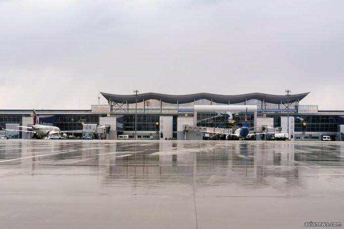 Вид на терминал D и самолеты в аэропорту Борисполь