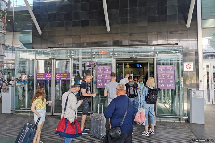 Очередь на входе в терминал D в аэропорту Борисполь