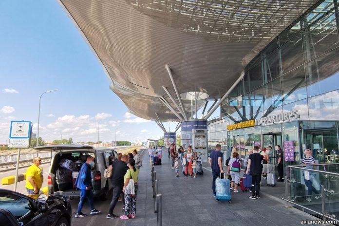Очередь при входе в терминал в аэропорту Борисполь