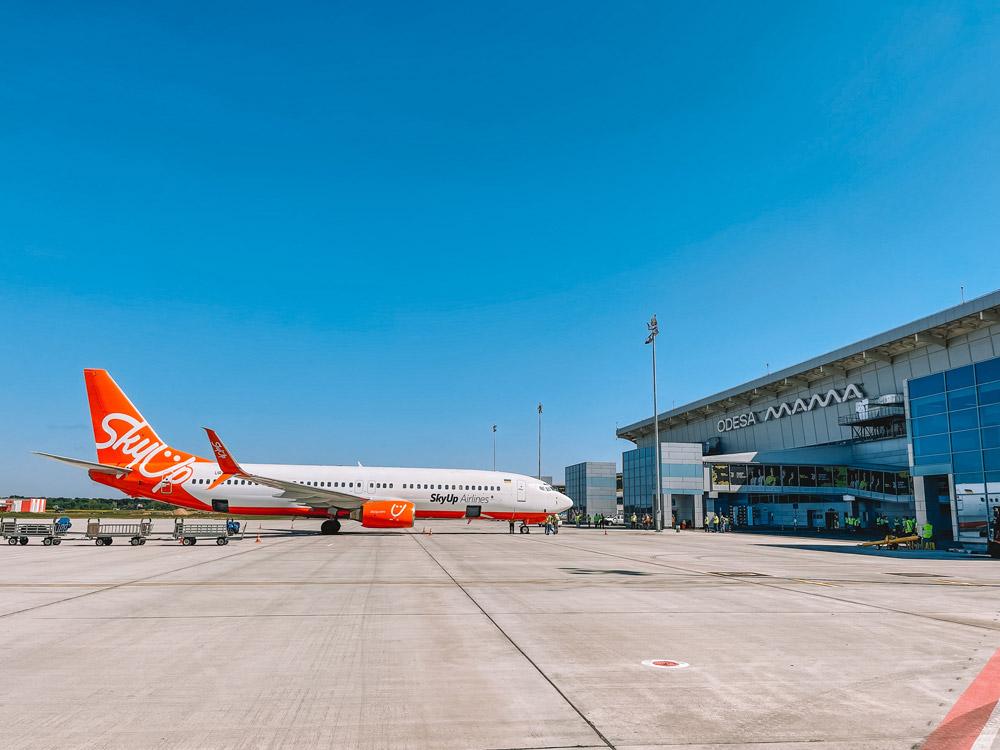 К стоянкам от терминала подведены четыре посадочные галереи. К ним присоединят телетрапы