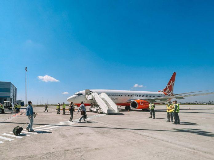 Посадка пассажиров в самолет SkyUp пешком