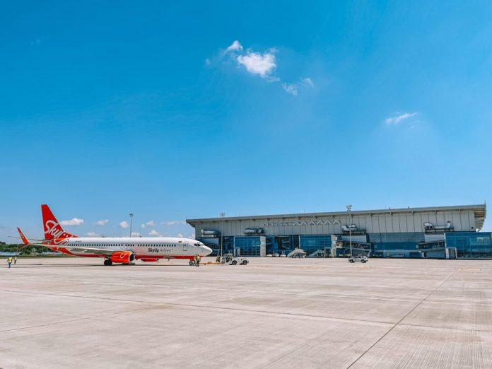 Самолет на новом перроне перед новым терминалом в аэропорту Одесса