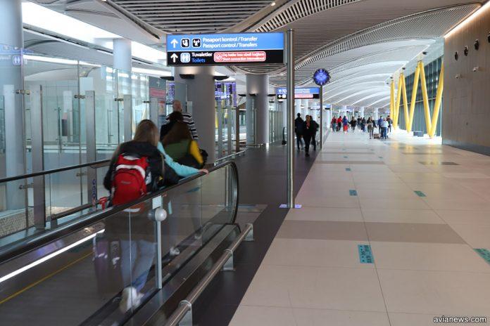 Пассажиры идут на паспортный контроль в аэропорту Стамбула