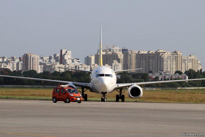 Boeing 737 и автомобиль сопровождения Follow me