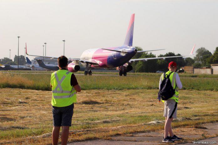 Самолеты в аэропорту и споттеры