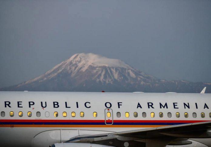 Самолет с надписью Армения на фоне горы