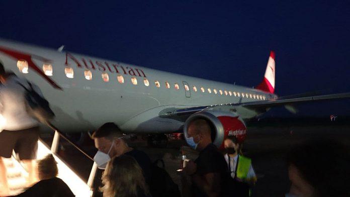 Пассажиры заходят на борт Embraer 195 Austrian Airlines