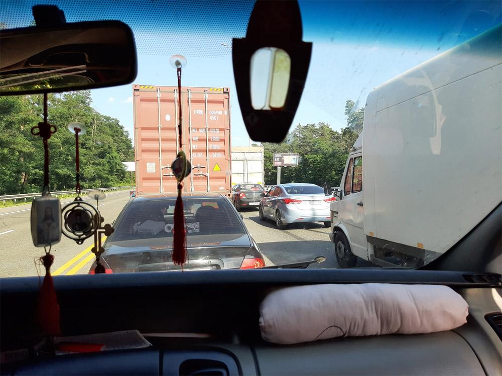 Пробка на дороге между Киевом и аэропортом Борисполь