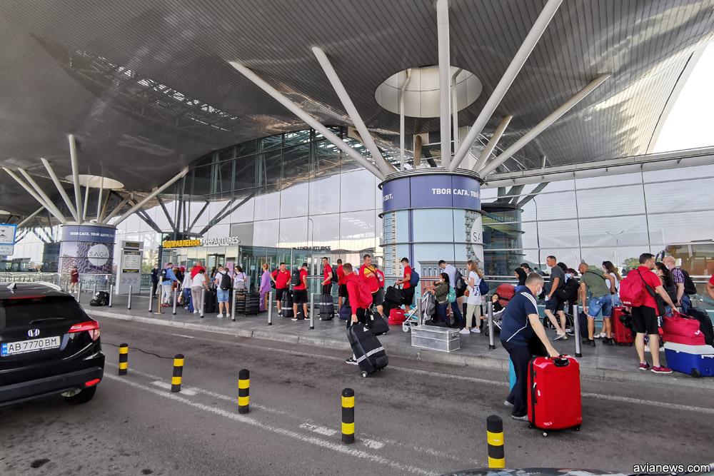 Очередь на вход в терминал D в аэропорту Борисполь
