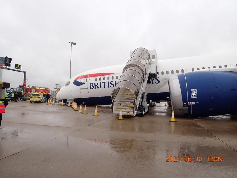 Boeing 787 British Airways лежит на носу в аэропорту Хитроу