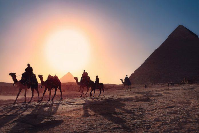 Египетские пирамиды на окраине Каира в Гизе