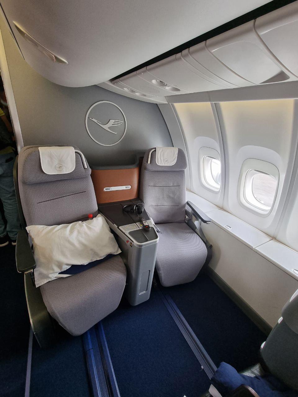 Кресла бизнес-класса в Boeing 747-8 Lufthansa