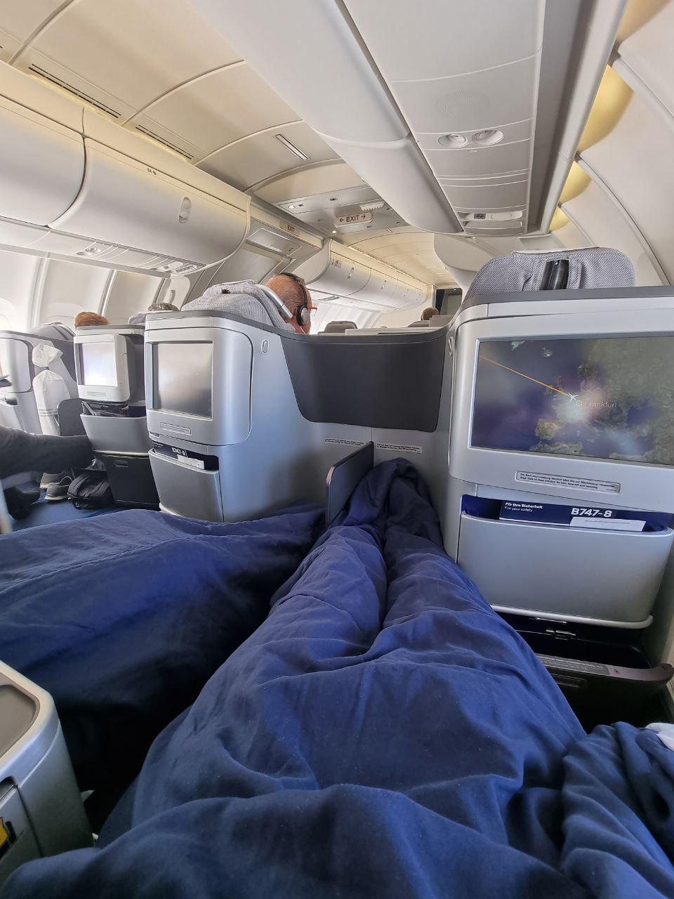 Кресла бизнес-класса в Boeing 747-8 Lufthansa в разложенном состоянии