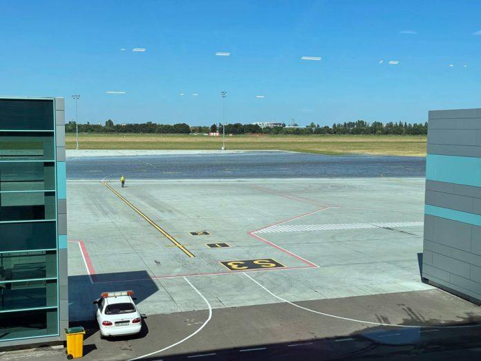 Перрон в аэропорту Одесса, который был подтоплен из-за рекордного количества осадков