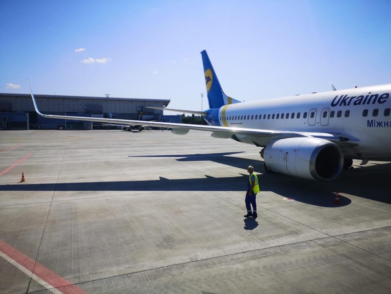 Перрон с самолетом в аэропорту Одесса после ликвидации подтопления