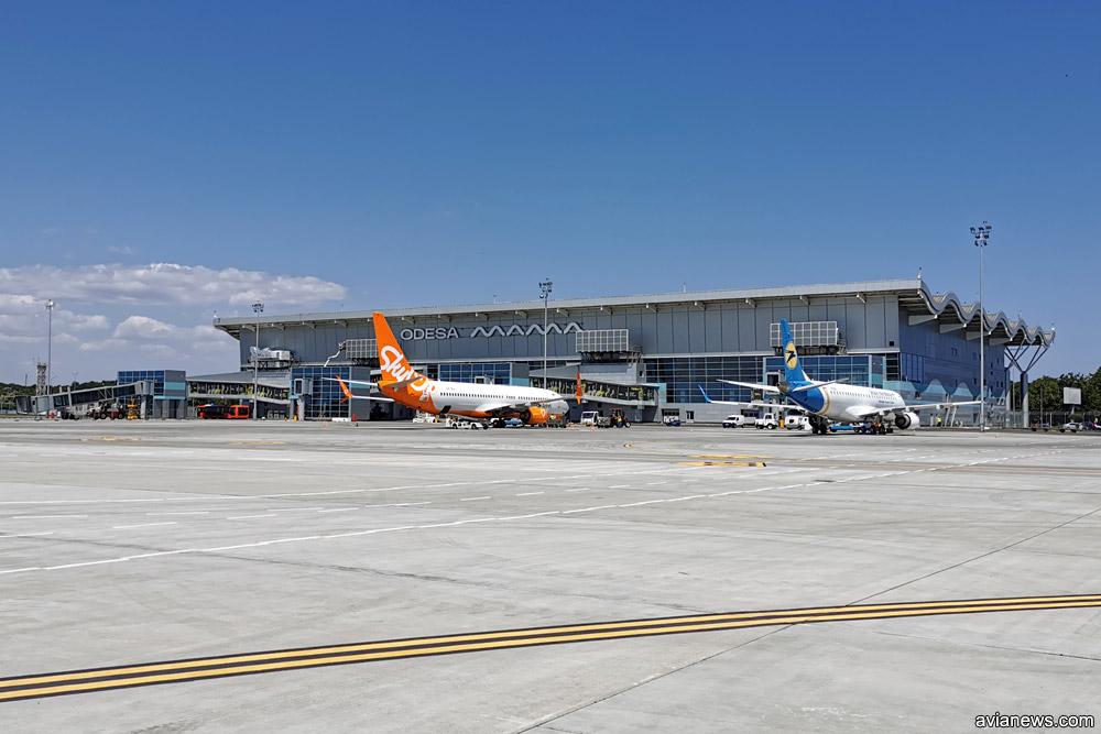 Вид на новый терминал в аэропорту Одесса с перрона