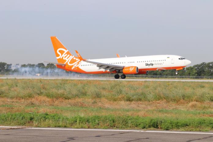 Первая посадка на новую полосу в аэропорту Одесса. Мэра одессы из Киева доставил Boeing 737-800 SkyUp