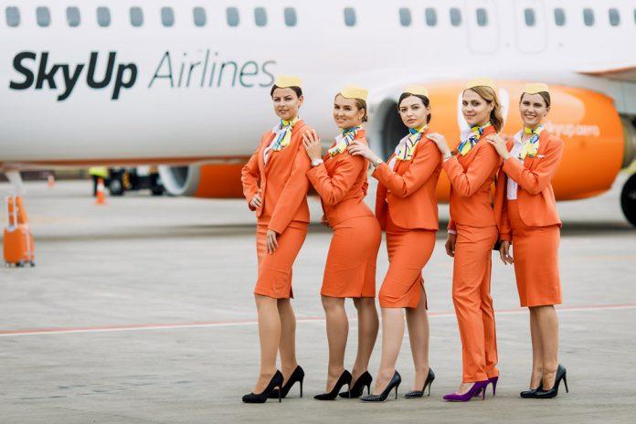 Нынешняя униформа бортпроводников SkyUp. Ее ввели в 2018 году, когда авиакомпания начала полеты
