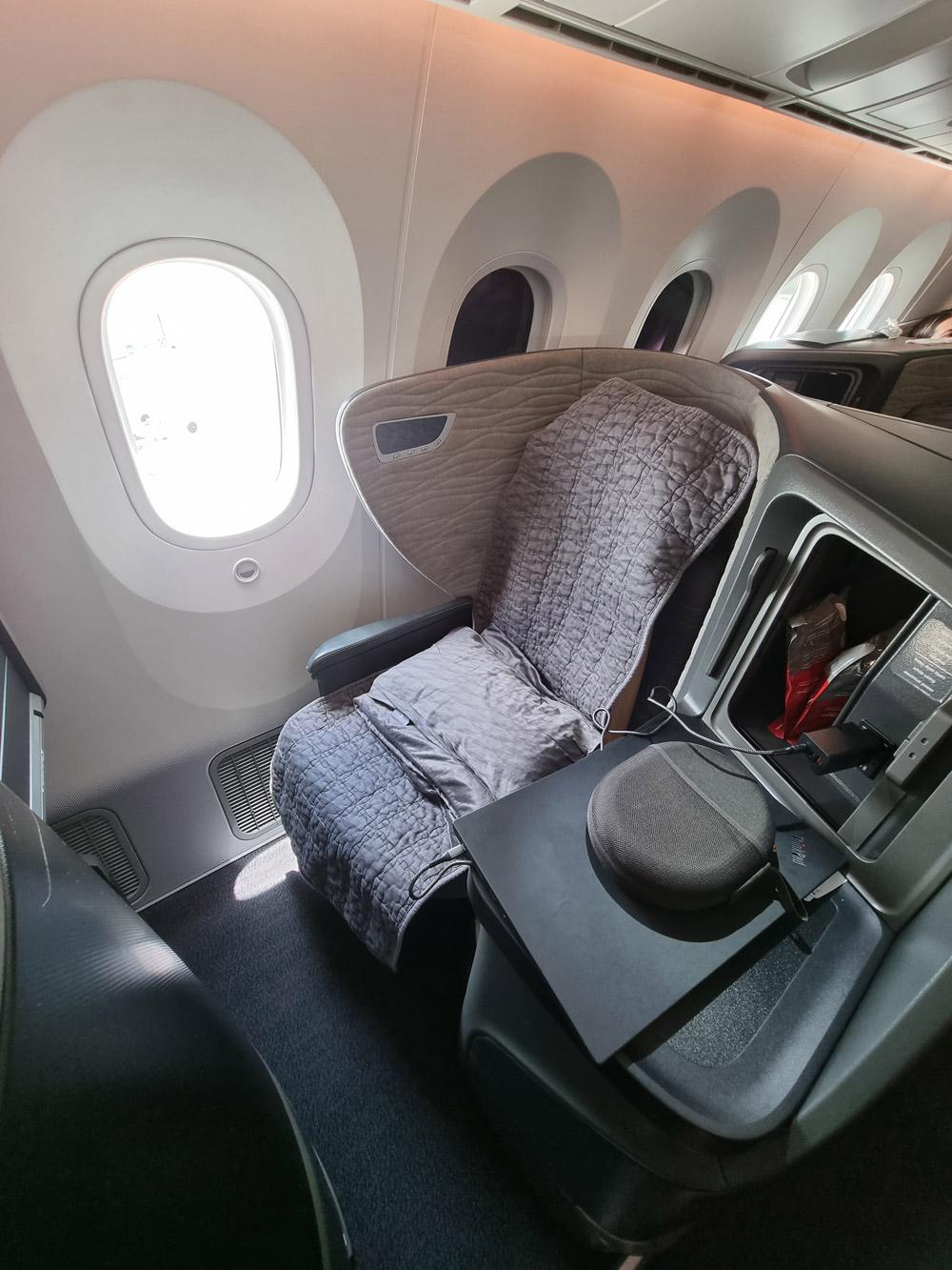 Кресло бизнес-класса в Boeing 787-9 Turkish Airlines после того, как его застелили