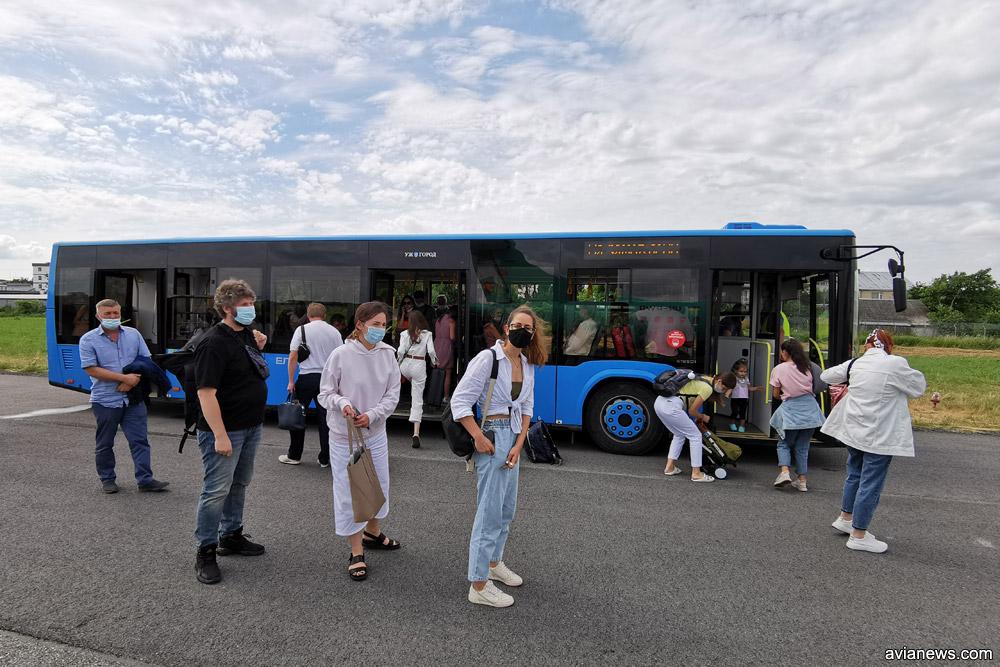 Автобус, который доставляет пассажиров аэропорта Ужгород с взлетной полосы к терминалу