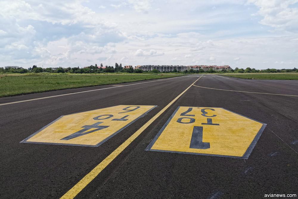 Рулежная дорожка в аэропорту Ужгород со свежим асфальтом и разметкой. По ней самолеты будут рулить с взлетно-посадочной полосы на стоянку прямо к терминалу