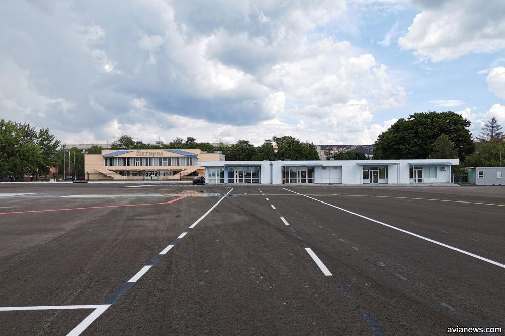 Старый аэровокзал и павильон в аэропорту Ужгород