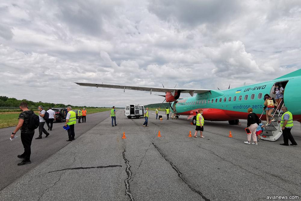 """ATR 72-600 """"Розы Ветров"""" на полосе в аэропорту Ужгород"""