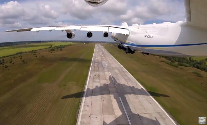 Вид на взлет Ан-225 Мрия с камеры на хвостовом стабилизаторе