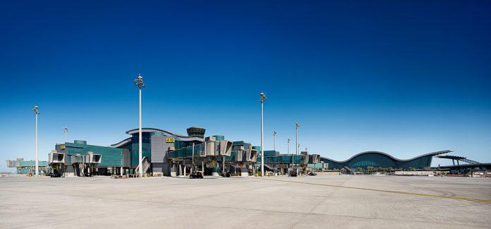 Аэропорт Хамад в Дохе. Вид со стороны перрона
