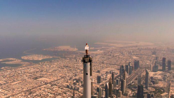 Стюардесса Emirates на крыше небоскреба Бурдж-Халифа в Дубае